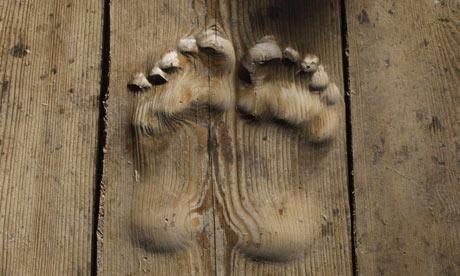 Footprints-carved-in-wood-001